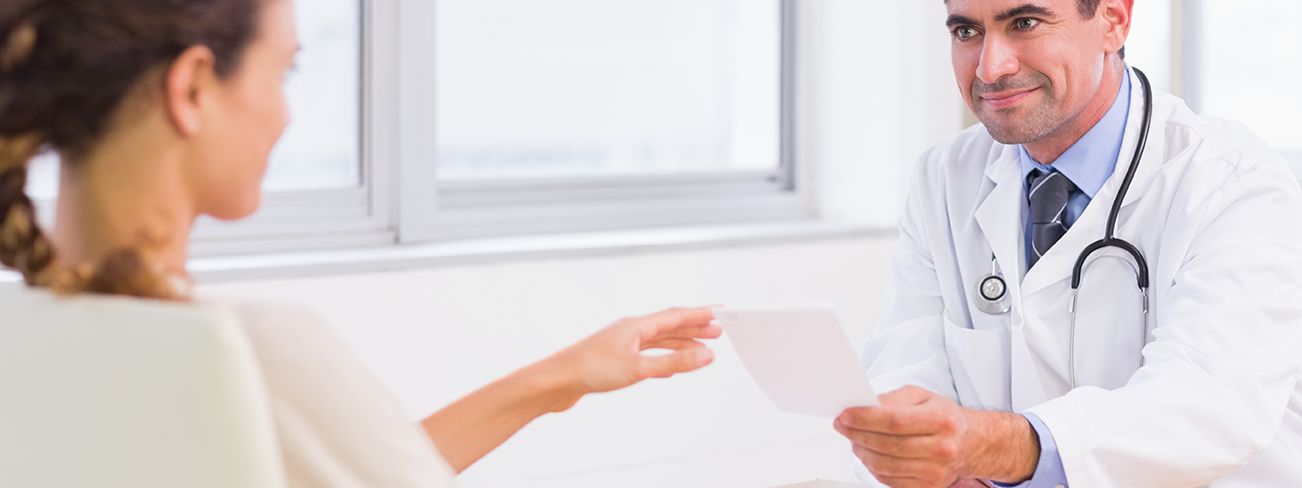 Médecin qui tend un document à un patient